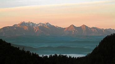 Wschód słońca na Sokolicy, zdjęcie ilustracyjne.