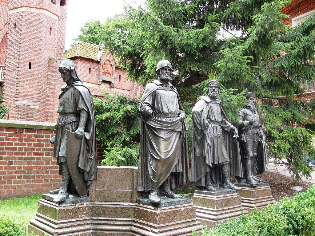 Malbork. Dziedziniec Zamku Średniego. Pomniki Wielkich Mistrzów / Wikimedia commons