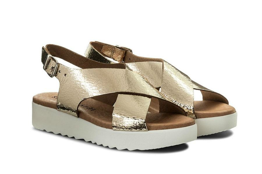 Złote sandały na sezon wakacyjny