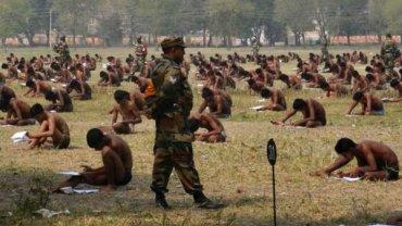 Ponad tysiąc rekrutów do hinduskiej armii musiało pisać egzamin w samej bieliźnie