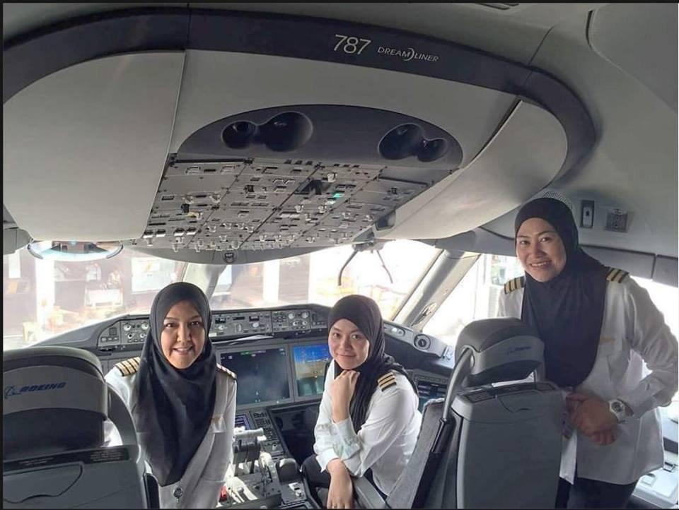 Trzy pilotki w samolocie do Arabii Saudyjskiej