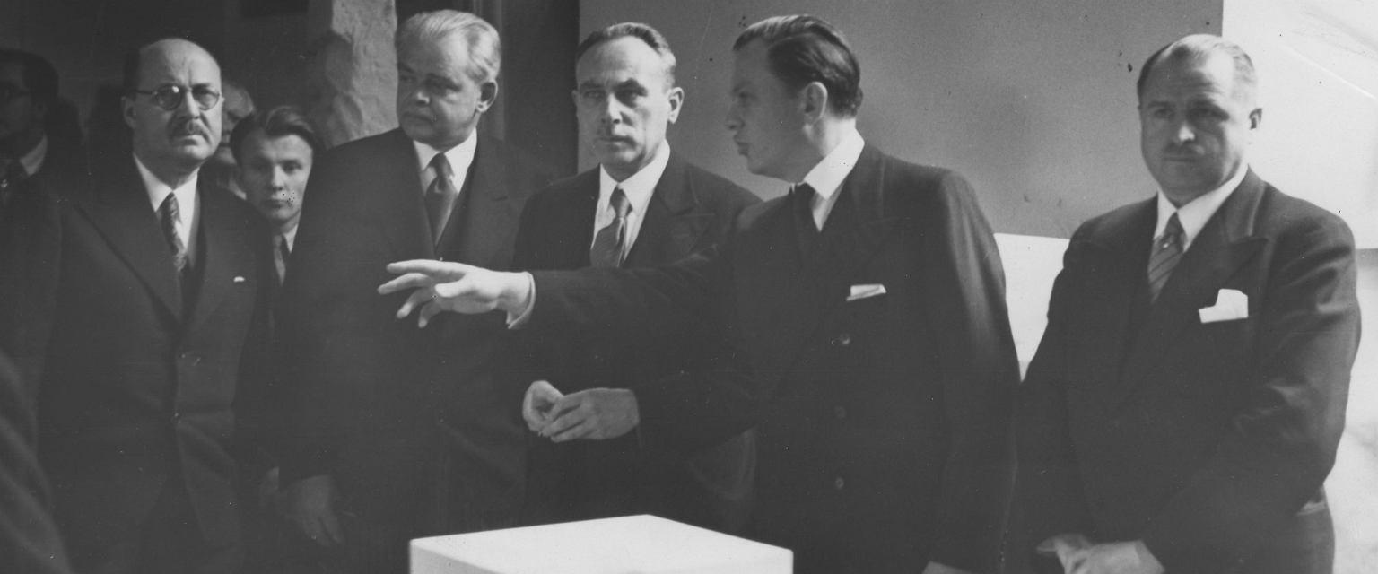 Od prawej: prezydent Warszawy Stefan Starzyński, profesor Bogdan Pniewski (fot. Narodowe Archiwum Cyfrowe)