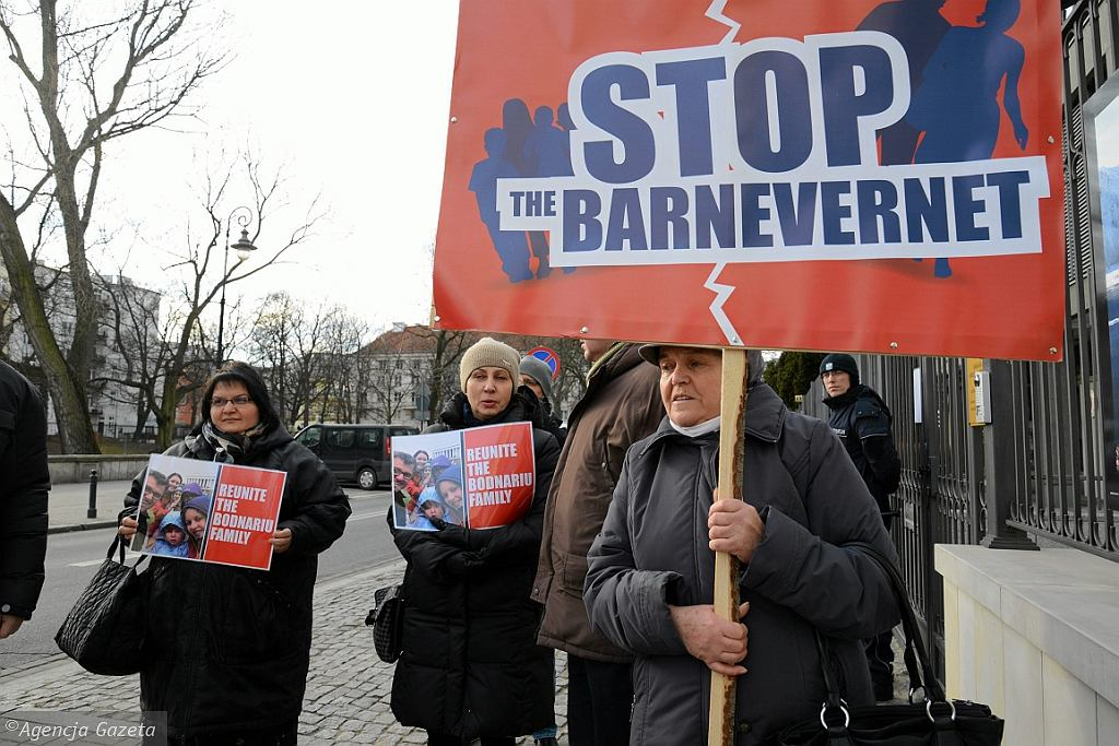 Protest przed ambasada Norwegii w Warszawie przeciwko Barnevernet (fot. Franciszek Mazur/AG)
