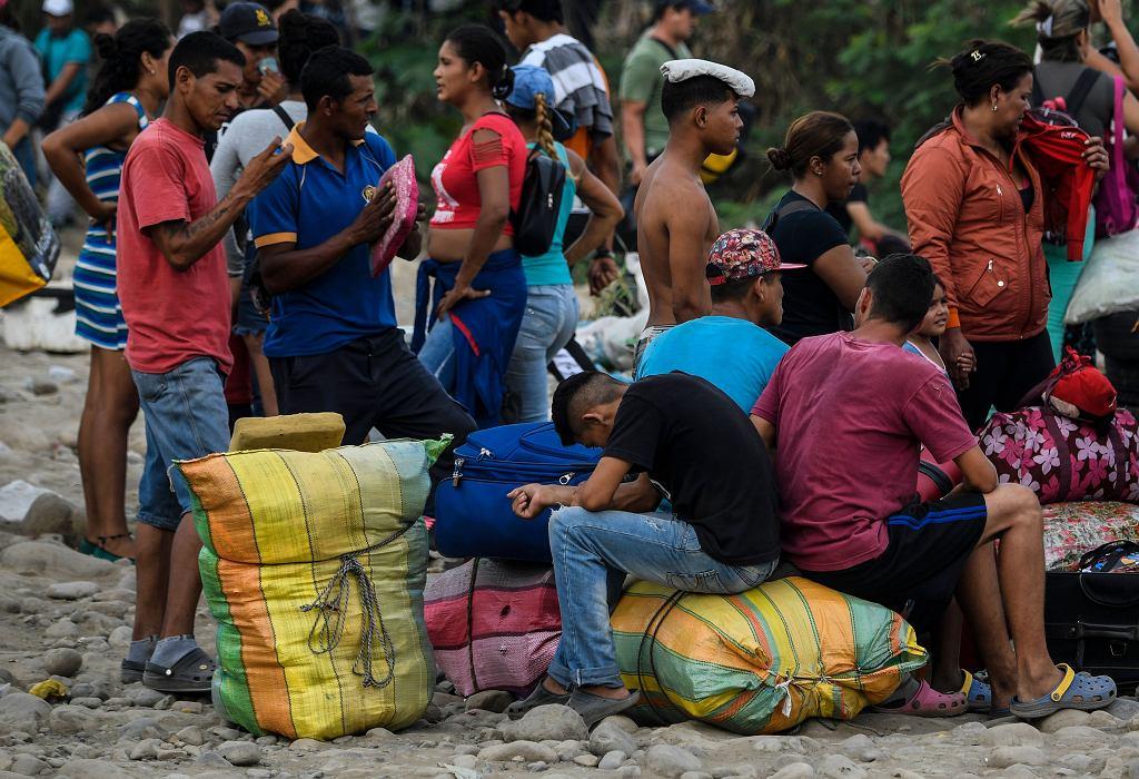 Wenezuelczycy przed nielegalnym przekroczeniem granicy z Kolumbią.