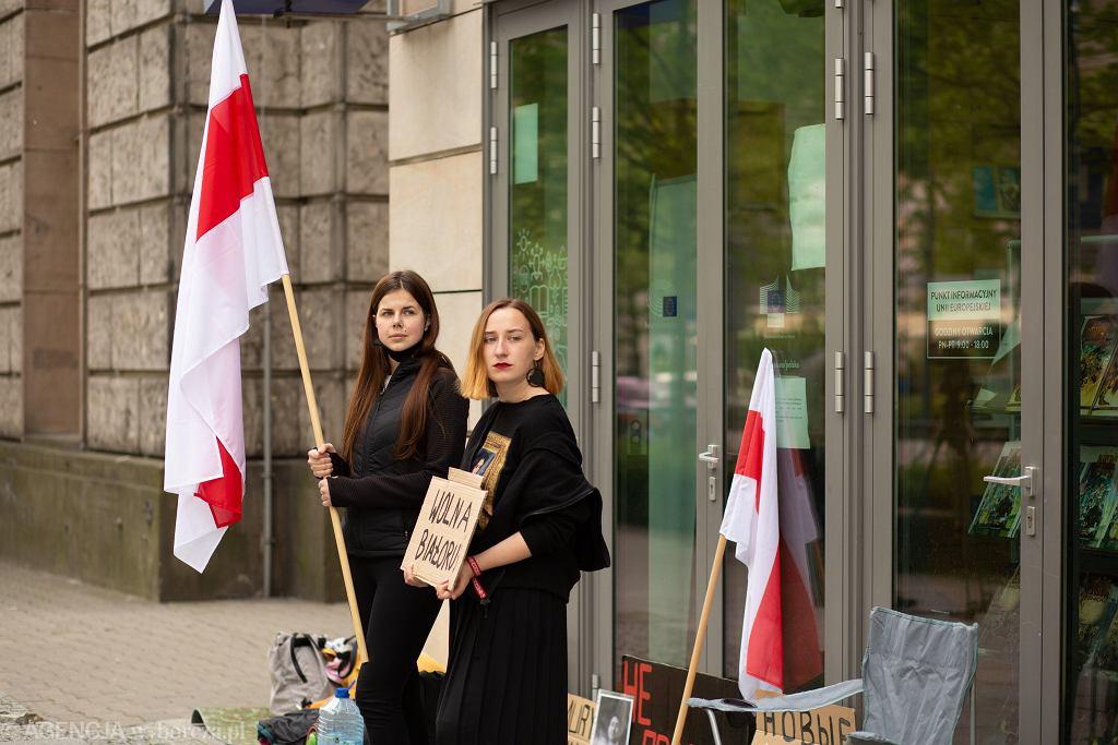 Stasia Glinnik i Bażena Szmowicz rozpoczęły protest głodowy przed budynkiem przedstawicielstwa Komisji Europejskiej w sprawie Romana Protasiewicza i represji na Białorusi