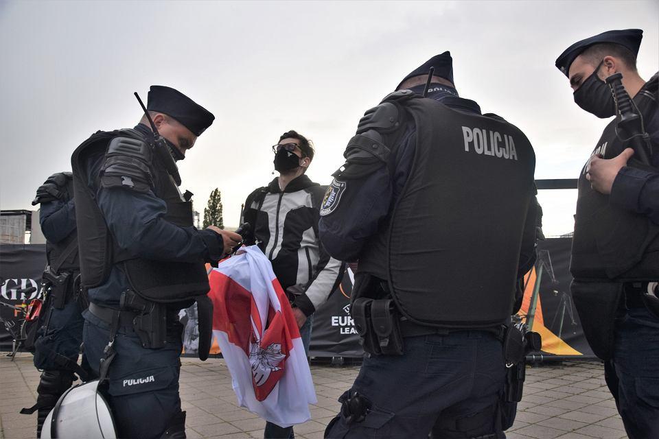 Protest przeciw reżimowi Łukaszenki, pod stadionem Polsat Plus Arena Gdańsk, 26 maja 2021 podczas finału Ligi Europy UEFA