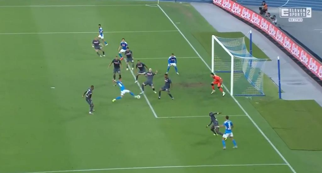 Arkadiusz Milik strzela gola w meczu Napoli - Udinese