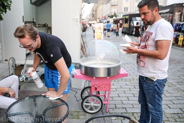 Zdjęcie numer 12 w galerii - Przysmaki świata na deptaku w Kielcach. Gwiazda w roli kucharza