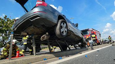 Wypadek na trasie S8. Samochód zawisł na barierce