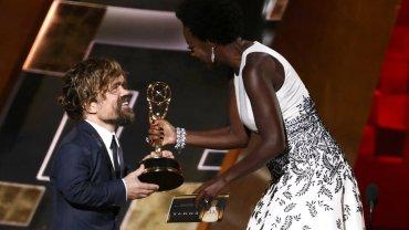 """Emmy 2015. Peter Dinklage (""""Gra o tron"""") odbiera nagrodę dla najlepszego aktora drugoplanowego"""