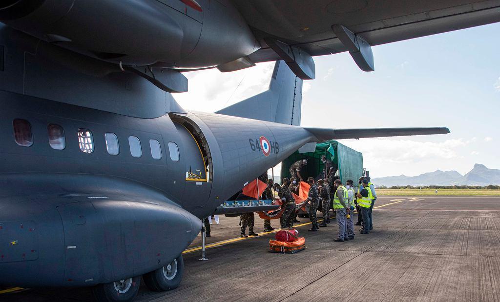 Mauritius. Francuski wojskowy samolot transportowy z wyposażeniem do walki z zanieczyszczeniami.
