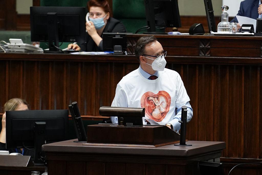 Rzecznik Praw Dziecka w antyaborcyjnej koszulce