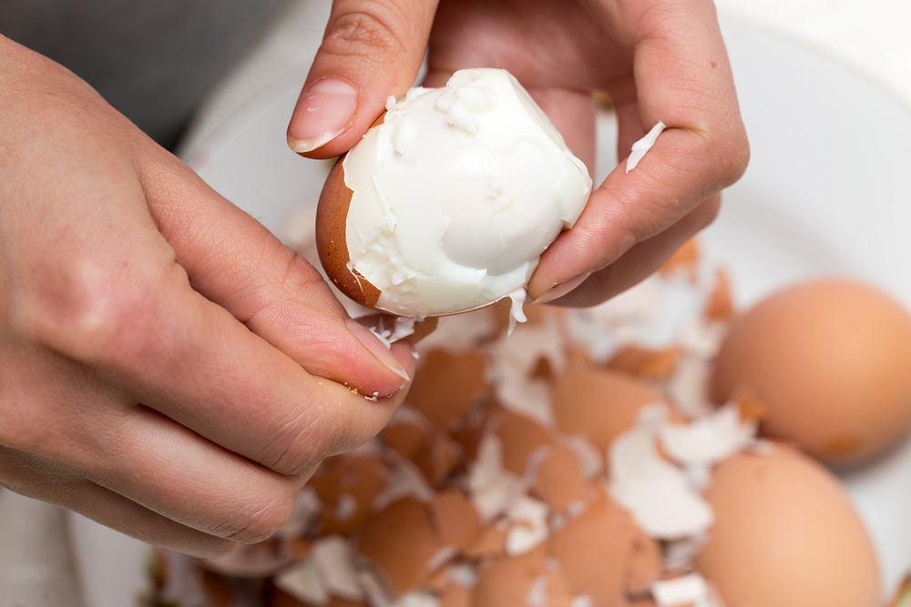 Niektóre jajka obierają się idealnie, a w innych skorupka odchodzi razem z kawałkami białka.