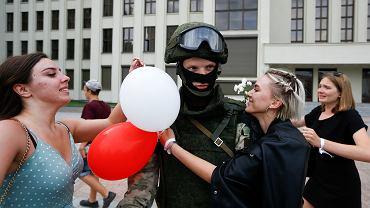 """""""Festiwal miłości"""" w Mińsku. Uściski i kwiaty dla funkcjonariuszy OMON"""