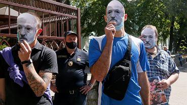 Białoruś. Protestujący z maskami obrazującymi Alaksandra Łukaszenkę.