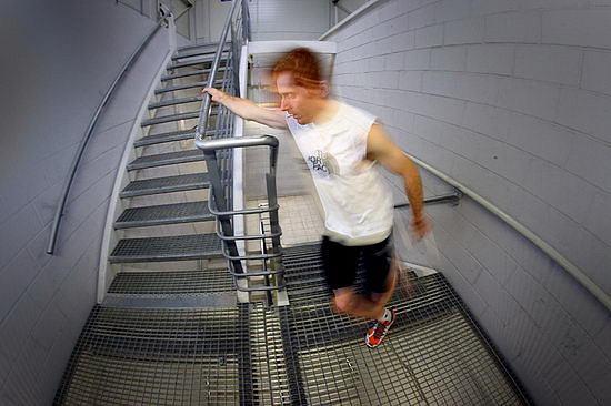 Tomasz Klisz biega po schodach