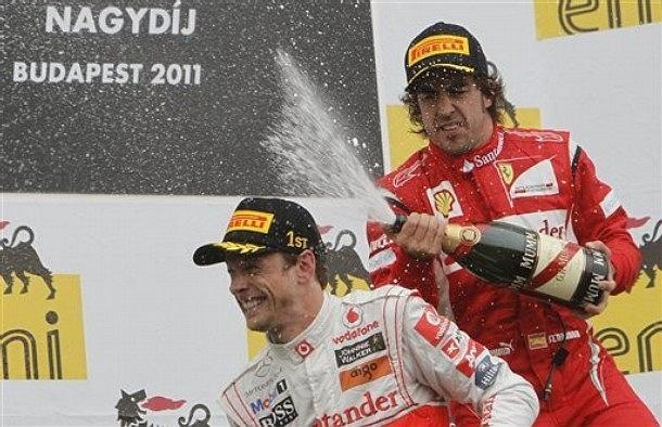 Jenson Button (L) i Fernando Alonso