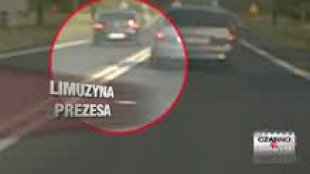 Limuzyna Kaczyńskiego wyprzedza na podwójnej ciągłej.