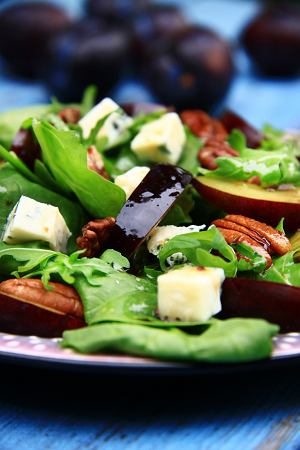 Sałatka z niebieskim serem i śliwkami