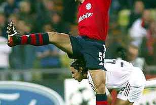 Robert Kovac z Bayernu walczy o piłkę z Filippo Inzaghim.