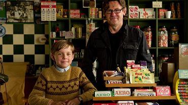 """Nigel Slater na planie filmu """"Tost. Historia chłopięcego głodu"""" z Freddym Highmorem, odtwórcą głównej roli"""