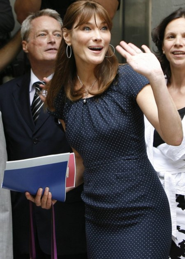French First Lady Carla Bruni-Sarkozy waves during a visit to a milk bank at Instituto Fernandes Figueira in Rio de Janeiro, Monday, Dec. 22, 2008. Carla Bruni-Sarkozy and French President Nicolas Sarkozy are on a two-day official visit to Brazil. (AP Photo/Andre Mourao)