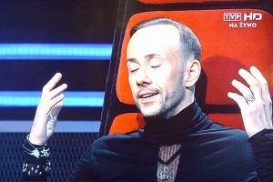 Adam Darski powoli staje się ikoną mody. Wśród polskich gwiazd oczywiście. Jego stylizacje w programie The Voice of Poland robią coraz większe wrażenie.