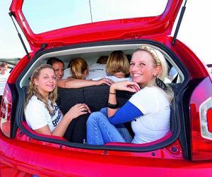 Volkswagen chwali się nowym rekordem świata. Up pomieścił 16 młodych ludzi