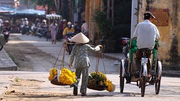 Wietnam to kraj fascynujący i różnorodny - zatłoczone miasta i spokojne wsie, górskie krajobrazy i kilometry pustych piaszczystych plaż, cenne zabytki po kolonizatorach, jak również starożytnych dynastiach chińskich. Turystów zachwyca kultura wietnamska, kolorowa ludność etniczna północy oraz pełna smaków i zapachów kuchnia. Wietnam, o tym nie wolno zapomnieć, to także otwarci, serdeczni ludzie.  zd.: Wietnam. Na ulicach Hoi An