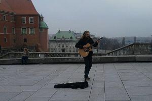 W środę ok. godziny 13 Gienek Loska pojawił się na Pl. Zamkowym. Tak jak dawniej wyciągnął gitarę i rozpoczął swój uliczny koncert.