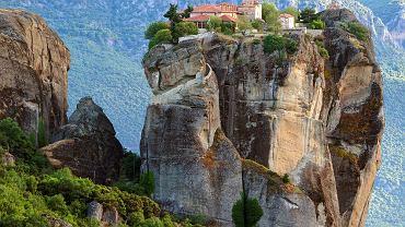 Meteory, Grecja. Położone w greckiej Tesalii majestatyczne Meteory oszałamiają każdego. Prawosławne monastyry wydają się być zrośnięte z wysokimi skałami, na których je zbudowano. Podobno żadne fotografie nie oddają obrazu i proporcji tego miejsca. Trzeba je zobaczyć na własne oczy!
