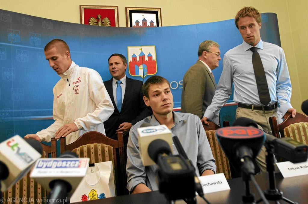 Paweł Wojciechowski (w środku) i Łukasz Michalski (z prawej) witani w Bydgoszczy po MŚ w Daegu