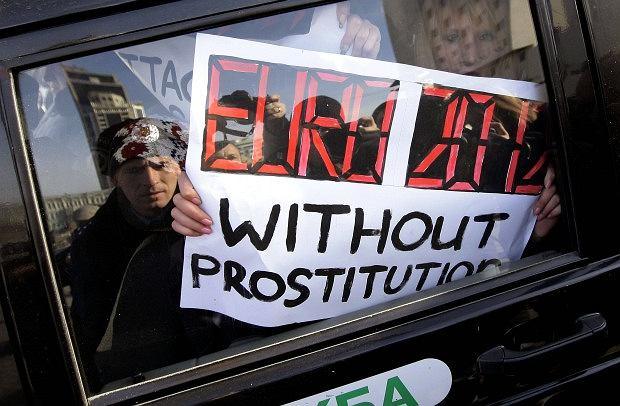 Ukraińska policja (po raz kolejny) zatrzymała grupę aktywistek z FEMEN-u, protestującym przeciwko prostytucji na nadchodzących mistrzostwach piłki nożnej Euro 2012.