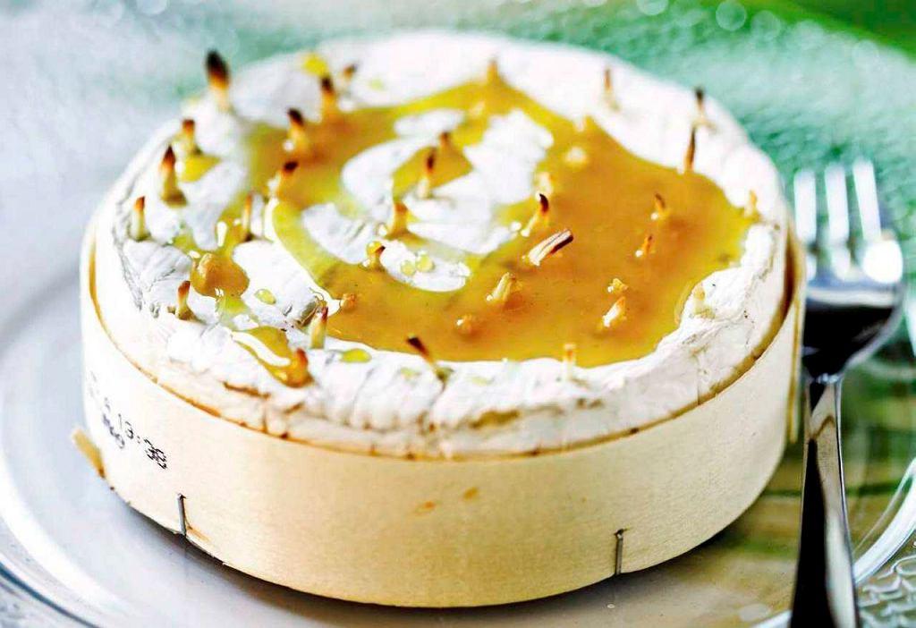 Pieczony camembert z czosnkiem i sosem miodowo-musztardowym