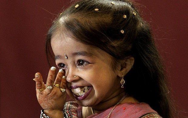 Światowy rekord w dziedzinie najniższego wzrostu należy do Joyti Amge z Indii, mierzącej niecałe 62 cm. Maleńka Hinduska cierpiąca od urodzenia na achondroplazję, czyli zaburzenie wzrostu została wpisana do
