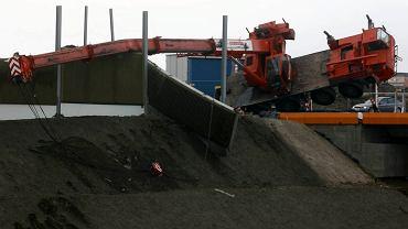 Przewrócony dźwig na budowie trasy W-Z