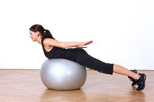 Pozycja kobry przy użyciu piłki