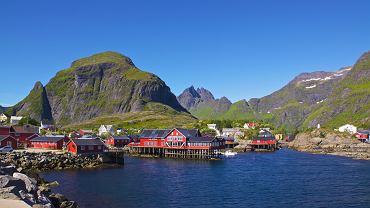 Lofoty, Norwegia. Lofoty to Norwegia w najpiękniejszym wydaniu. Malownicze wysepki otoczone są poszarpanymi skałami, które toną w lazurowej wodzie. Charakterystyczne są drewniane, kolorowe domki rybackie, które wiszą tu malowniczo nad wodą. Przez Lofoty prowadzi droga E10, która łączy wszystkie porozrzucane wyspy i wysepki. To blisko 200 km zapierających dech w piersi widoków.