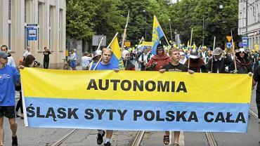 Marsz zwolenników autonomii Śląska w Katowicach w lipcu 2011 roku. Wśród haseł na transparentach m.in. takie: 'Autonomia. Śląsk syty, Polska cała'