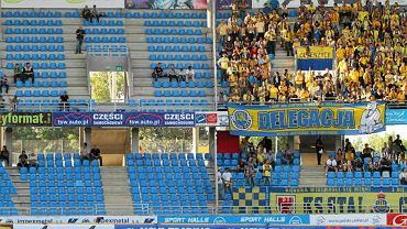Październik 2011 r. Jeden stadion, dwa światy. Rzadko widziana sytuacja na Motoarenie. Sektor gości wypełniony - tego dnia gorzowianami. Obok sektor toruński. Kibiców Unibaksu na meczu ze Stalą było niewielu.
