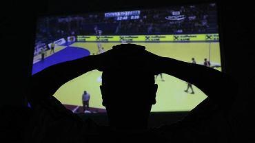 Kibic ogląda mecz w telewizji