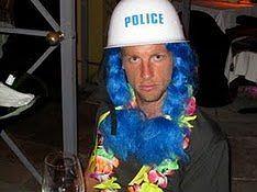 Ekhm...? Pastereczka - policjantka? Z hawajskim naszyjnikiem? Cokolwiek bierzesz Jens,odstaw to natychmiast