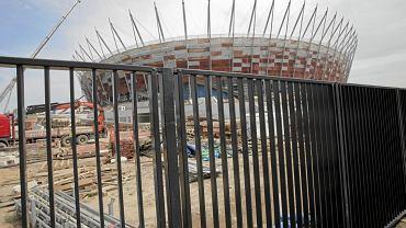 Płot szczelnie ogradza Stadion Narodowy