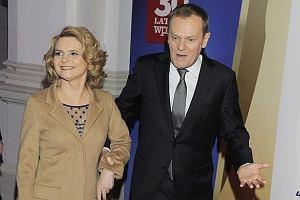 Wczorajszy gest premiera na gali Człowiek Roku tygodnika Wprost (Tusk wniósł na mównicę pluszową maskotkę lisa), wzbudził zainteresowanie w mediach. Jednak oczy fotoreporterów zwrócone były nie tylko na laureata. Nasza ładna premierowa, przynajmniej na wejściu, skradła swojemu mężowi show. Małgorzata Tusk pojawiła się w auli Politechniki Warszawskiej w dopasowanym płaszczu w kolorze kawy z mlekiem i pokazała zgrabne nogi. A po zdjęciu okrycia było jeszcze lepiej. Delikatna sukienka z modnymi w tym sezonie prześwitami i cieliste pantofelki na obcasie, podobne do tych, które nosi Kasia, świadczą o doskonałym wyczuciu stylu premierowej. Zauważyliśmy też, że odkąd córka Tusków prowadzi modowego bloga, jej mama wygląda młodziej i atrakcyjniej. Obie panie często wymieniają się kreacjami i dodatkami, o czym niejednokrotnie mogliśmy przeczytać na Makelifeeasier.pl. Czyżby blogerka doradzała Małgorzacie Tusk w kwestii ubioru?