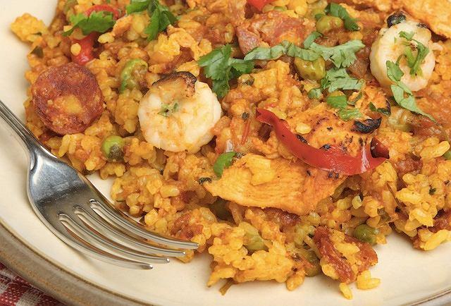 Paella z kurczakiem, krewetkami i kiełbasą chorizo