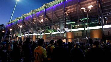 Kibice Arki przed stadionem