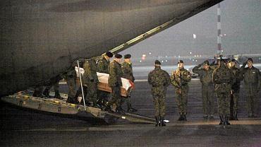 Ceremonia powitania ciał zabitych żołnierzy, lotnisko Okęcie