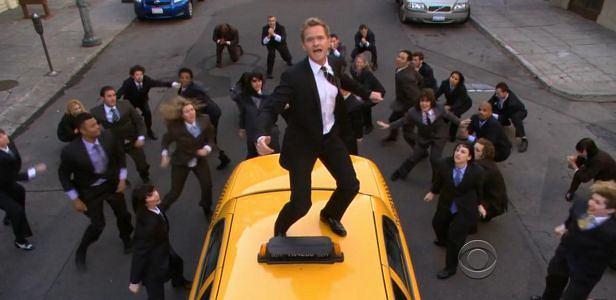 Kadr z setnego odcinka How I Met Your Mother - Barney śpiewa piosenkę o graniturach