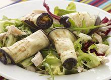 Roladki z grillowanego bakłażana i piersi kurczaka na zielonych sałatach - ugotuj