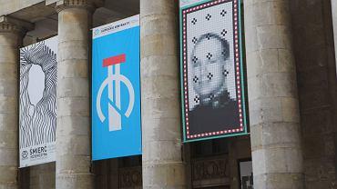 Dzisiaj na Pałacu wiszą głównie plakaty teatralne. Na zdjęciu plakat z Andersem Breivikiem Teatru Dramatycznego